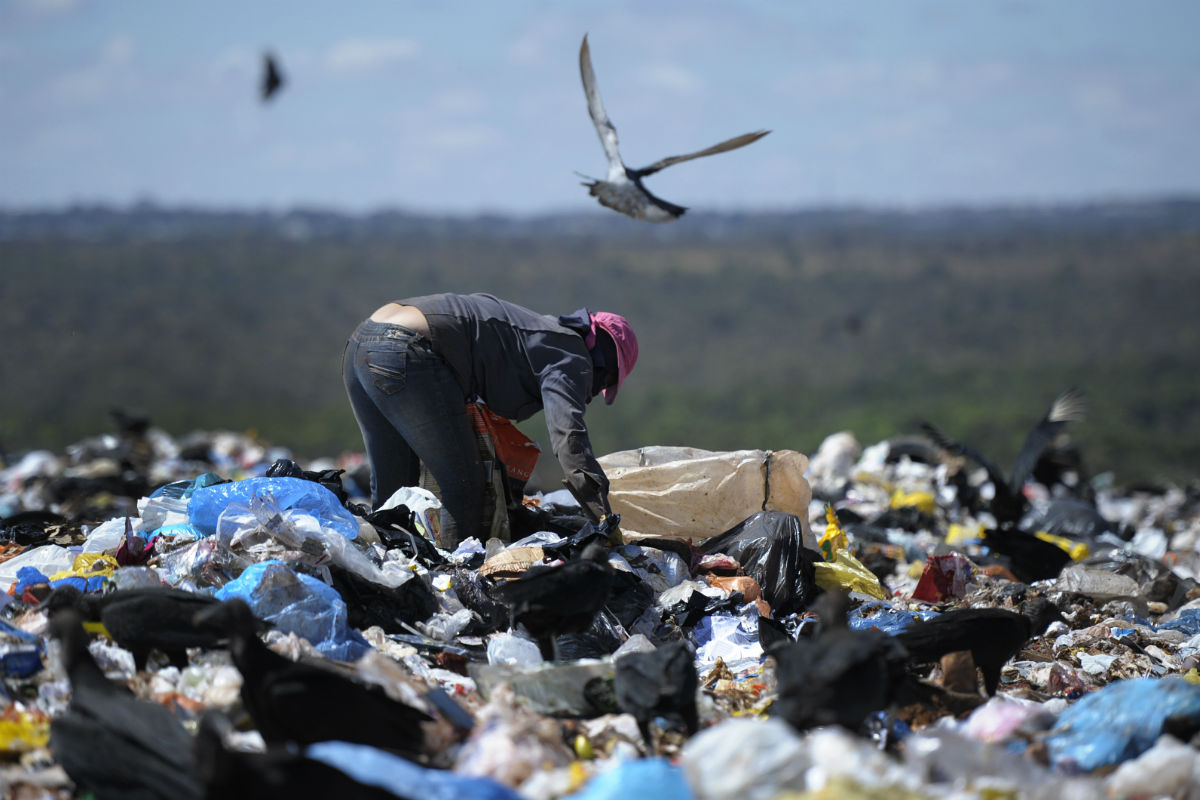 Homem trabalhando no lixão