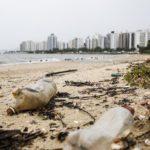 Lixo espalhado pela beira de um rio nos grandes centros brasileiros